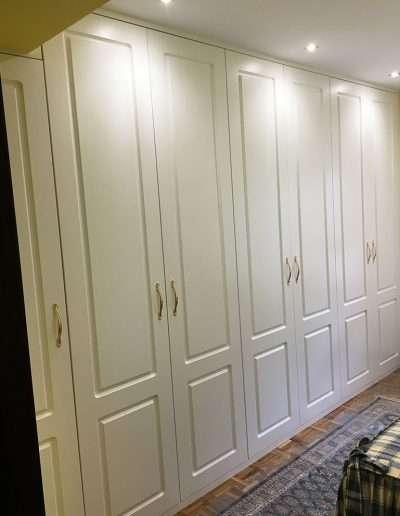 armario con tiradores dorados