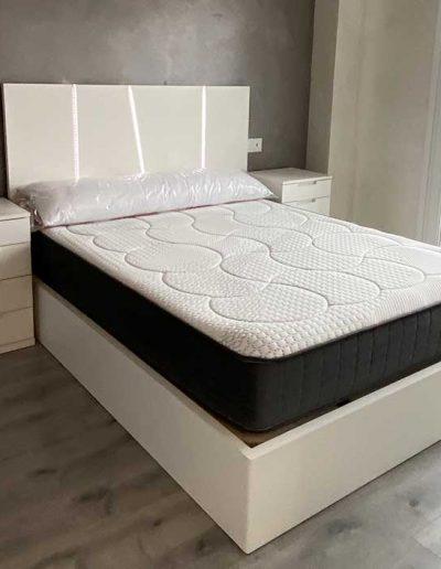 Dormitorio doble en tonos blancos